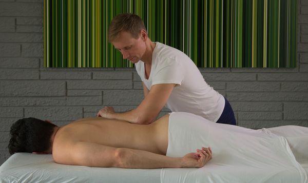 парень пришел на массаж получил член в рот
